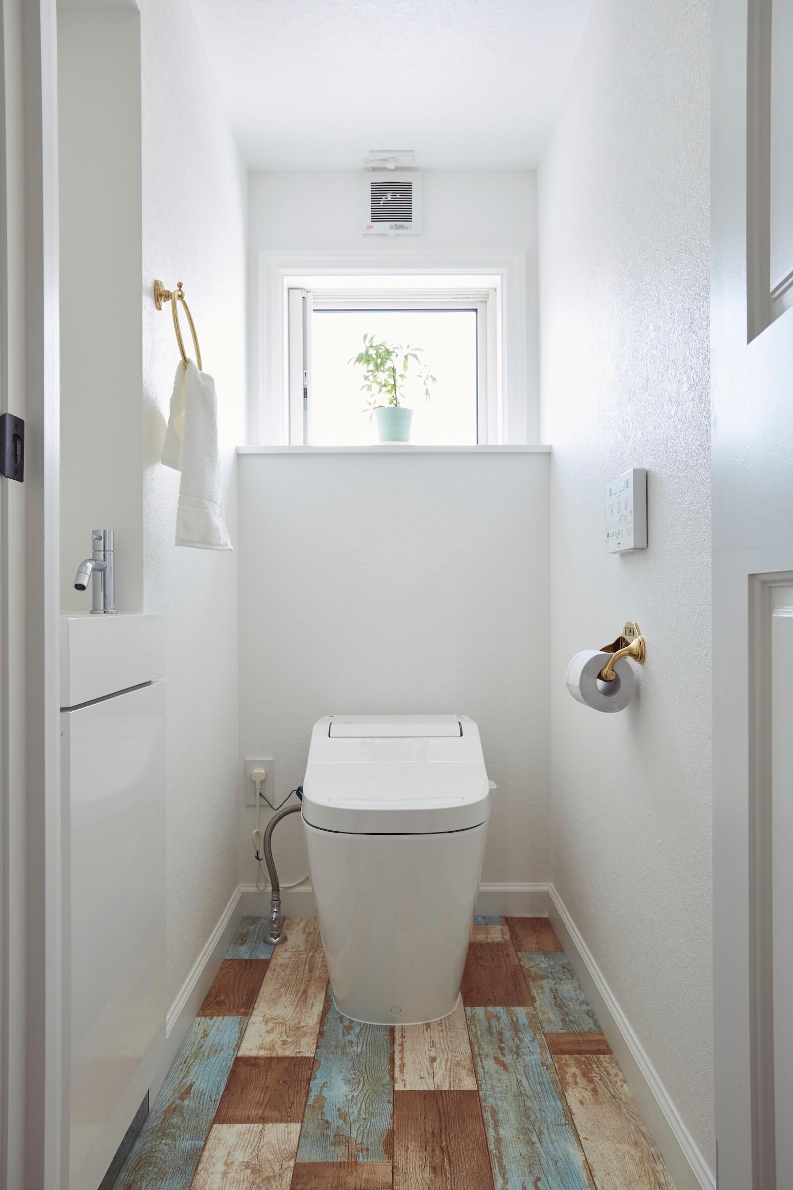 ラップサイディングのビルトインガレージのトイレ