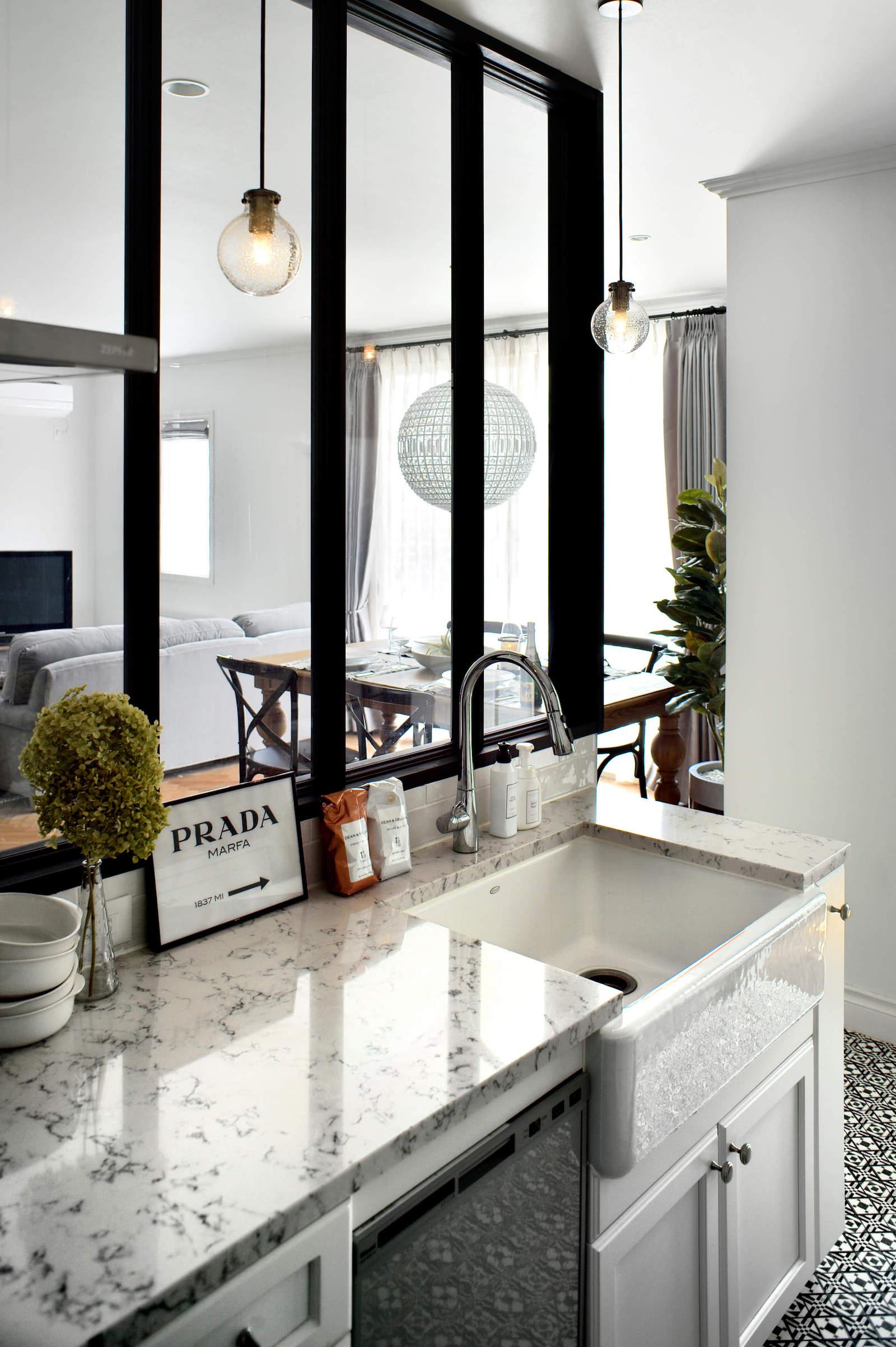 パリアパルトマンスタイルのガレージハウスのキッチン